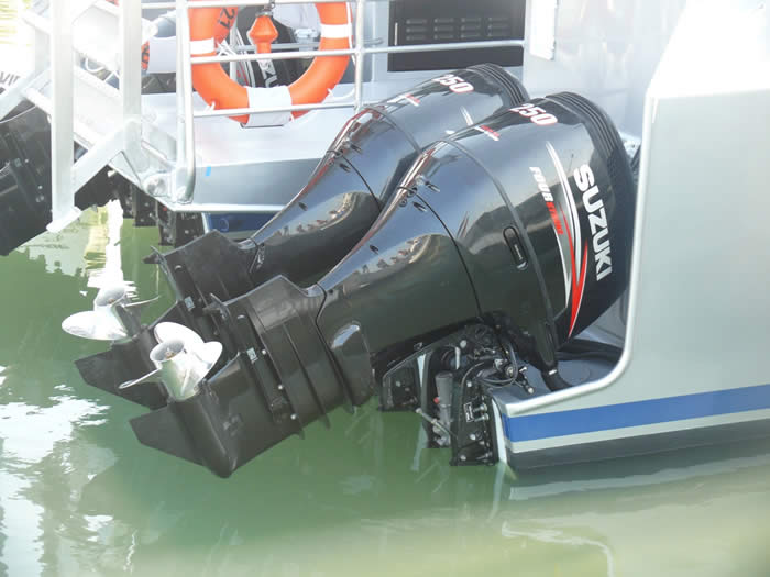 40 Knot dive cat engines quad cat